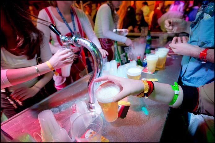 Nederland/Nijmegen: 01-03-2014.Carnaval in spiegeltent Grote Markt. Jongeren krijgen geen bier zonder het oranje 18+ polsbandje.Foto: Bert Beelen/HH