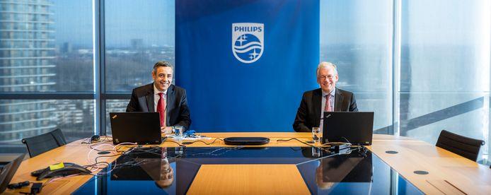 Philips-topman Frans van Houten (rechts) en financiële baas Abhijit Bhattacharya tijdens de coronaproof online presentatie van de jaarcijfers aan media begin dit jaar.