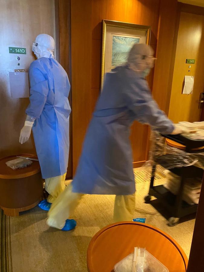 Hotelmedewerkers van het hotel in Sjanghai waar Stanley Menzo momenteel verblijft.