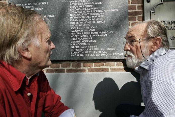 Cees Derlagen (links) en Jan Bargeman. Ook op de Lochemse synagoge wordt de familie Koopmans herdacht. Derlagen schreef een herdenkingsboekje over de Joodse familie. foto Jan Houwers