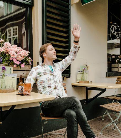 Sjakko Stronks (30) is een blije barman, en deze zomer nóg blijer: 'De vibe is terug en dat is echt heel tof'