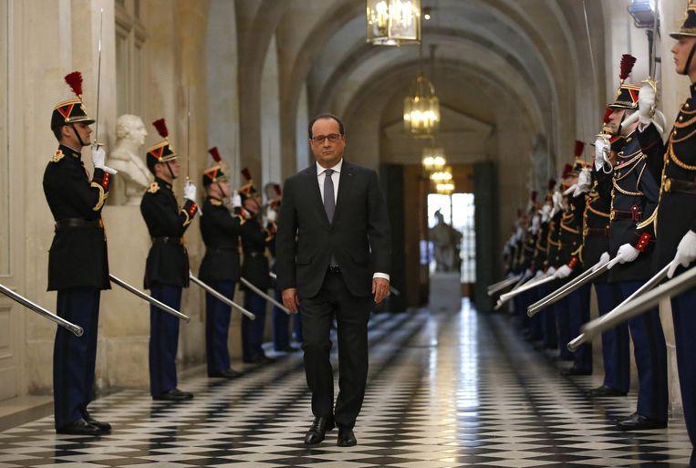President François Hollande maakt zich op voor een speech in het kasteel van Versailles, na de aanslagen in Parijs. Beeld EPA