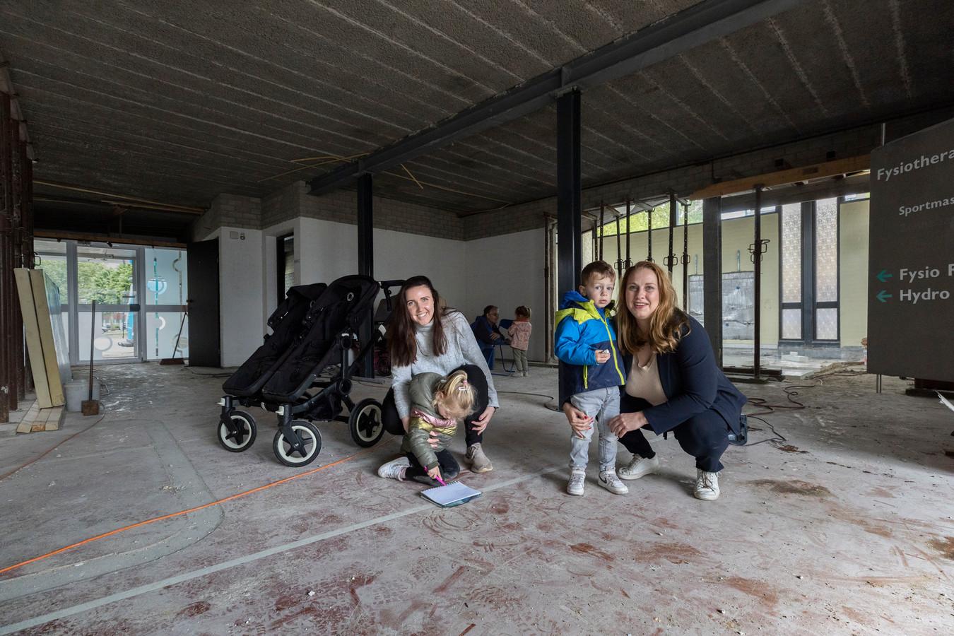 Het voormalige pand van de fysiotherapeuten Beusen/Foudraine wordt verbouwd tot een (particulier) kinderdagverblijf. Eigenaresse Dymphna Monster (rechts) en pedagogisch medewerker Tessa van Werde (links)