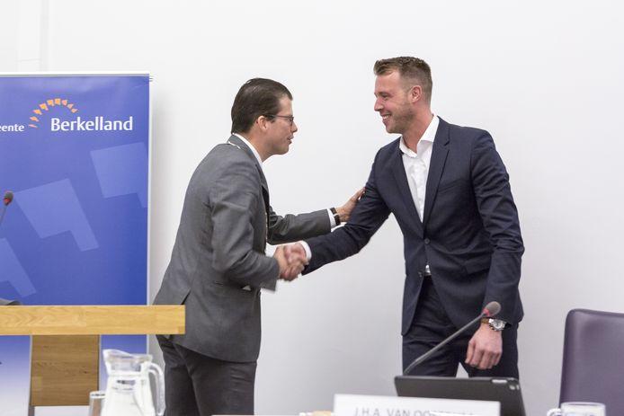 Burgemeester Joost van Oostrum  wenst Maikel van der Neut succes na zijn benoeming,  volgend op een stemming van 20 stemmen voor en 5 blanco stemmen.