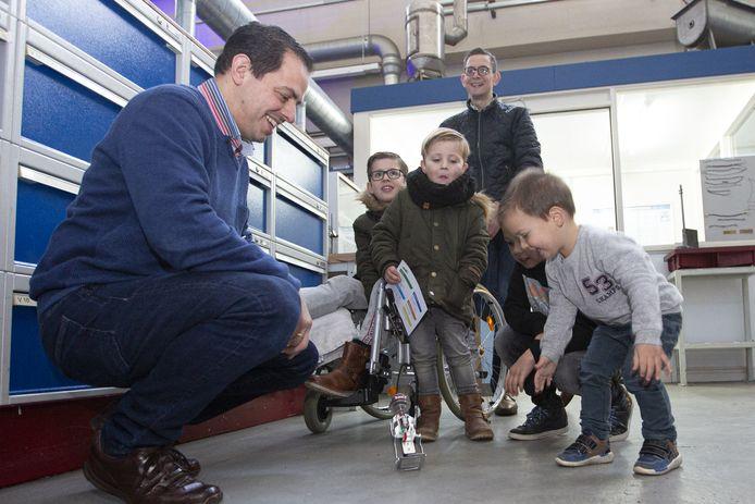 Jong geleerd is oud gedaan. Docent Jan Borgman laat kinderen met een robot spelen.