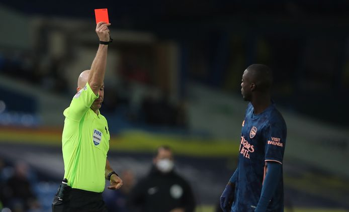 Nicolas Pépé krijgt rood na een kopstoot.