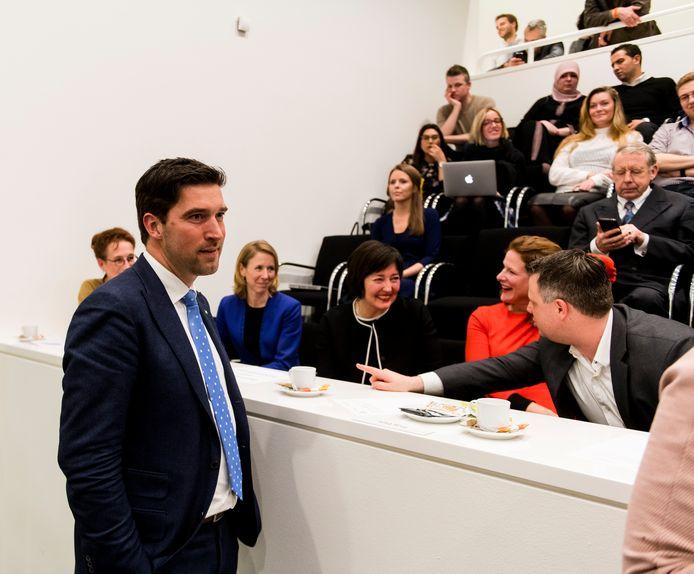 D66-kandidaatwethouders Robert van Asten (links, staand) en Saskia Bruines (zittend op de eerste rij in het midden, met zwart haar en zwart vest).