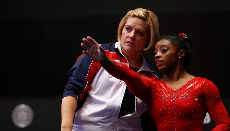 Aimee Boorman (links) in gesprek met Simone Biles tijdens het WK van 2015. Beeld Hollandse Hoogte / AP | Sport