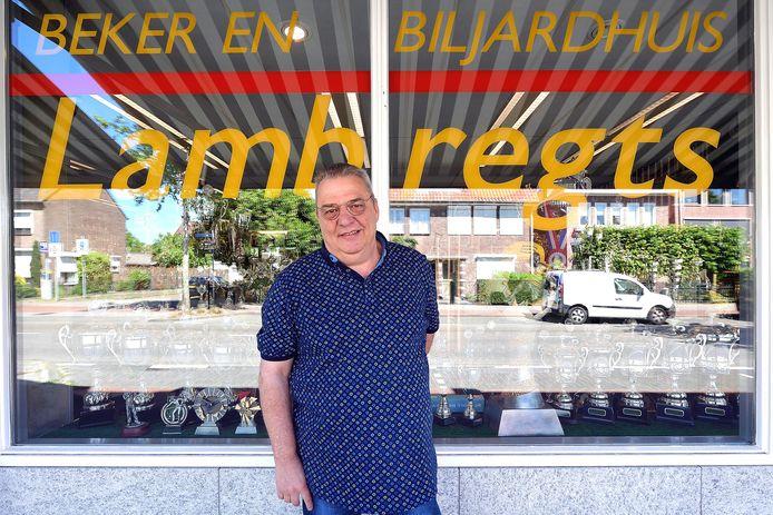 Henk Talboom voor zijn zaak aan de Roosendaalse Boulevard. Omdat er al maanden geen sportwedstrijden, groot en klein, meer zijn, ligt zijn handel in bekers en medaiiles helemaal stil.
