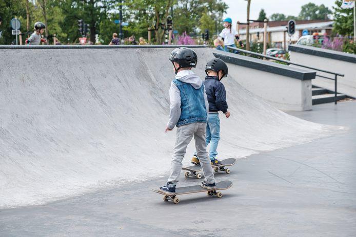 Plankenkoorts? Niet voor deze stoere leerlingen van de Willemschool, die leren skaten in het skatepark in Hengelo.