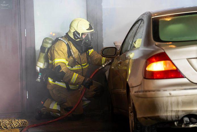 Ondanks de inzet van de brandweer raakte de auto zwaar beschadigd.