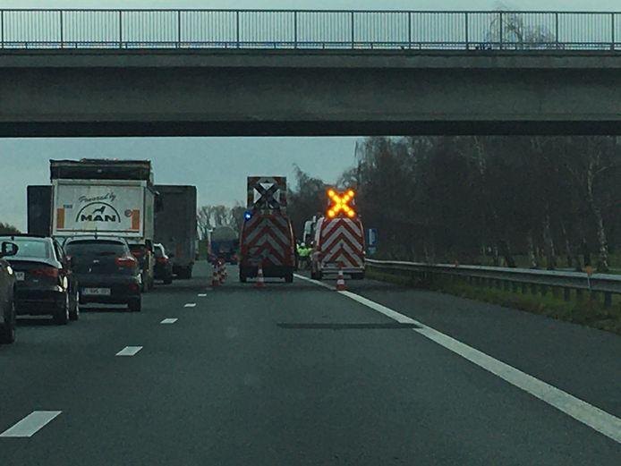 De rechterrijstrook van de E403 tussen Torhout en Lichtervelde bleef enige tijd voor alle verkeer afgesloten.