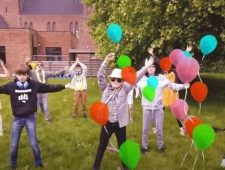 Vijfdeklassers Sint-Barbaracollege zingen vaderdaglied
