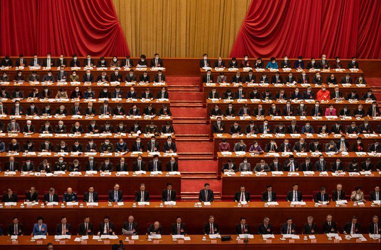 De Chinese President Xi Jinping (midden) omringd door volksvertegenwoordigers bij de openingsceremonie van de Volksvergadering in Beijing. Beeld Getty Images