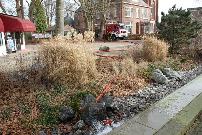 Ook aan de Grotestraat in Nijverdal knapte maandag een leiding.