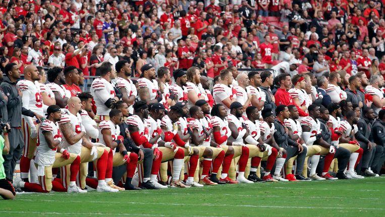 Of ze nu knielen of staan bij het volkslied, Amerikaanse sporters houden respect voor elkaar. Beeld Rick Scuteri/AP