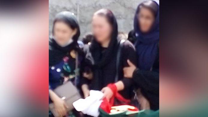 De vrouwen droegen een rode zakdoek om herkend te worden door Italiaanse militairen