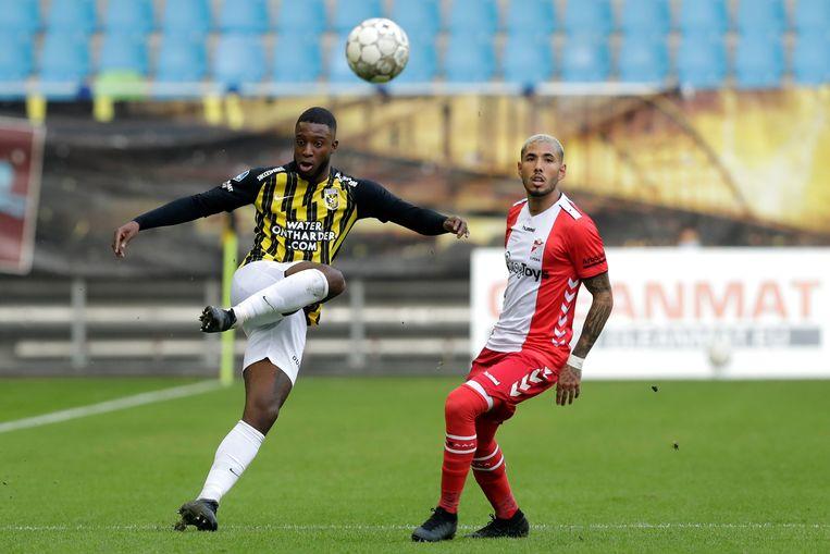 Riechedly Bazoer (links) en Sergio Pena van FC Emmen. Beeld BSR Agency