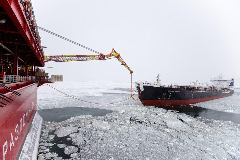 De olie komt aan boord. Beeld Gazprom