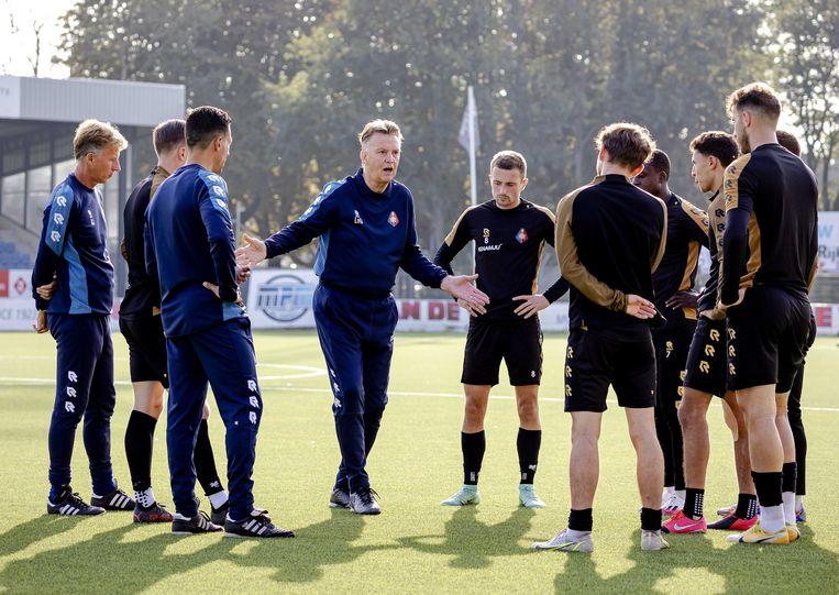 Louis van Gaal geeft aanwijzingen aan de spelers van Telstar tijdens de training van woensdagochtend.  Beeld ANP