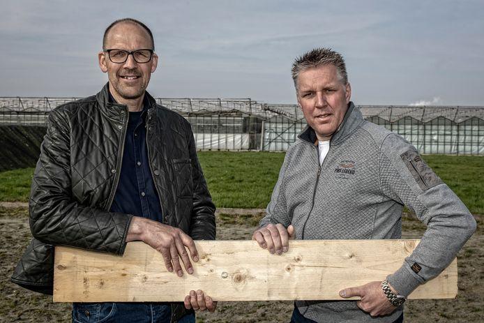 Dirk van Buijtene (l) en Carlo Schrier op de plek waar de houtstookoven moet komen. Schrier heeft zich inmiddels bedacht en wil de installatie niet meer bouwen.