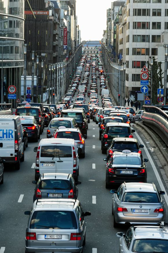Bumper aan bumper - het is dagelijkse kost in de Wetstraat. Bij 9 op de 10 bedrijven in Brussel heeft het personeel last van de files.