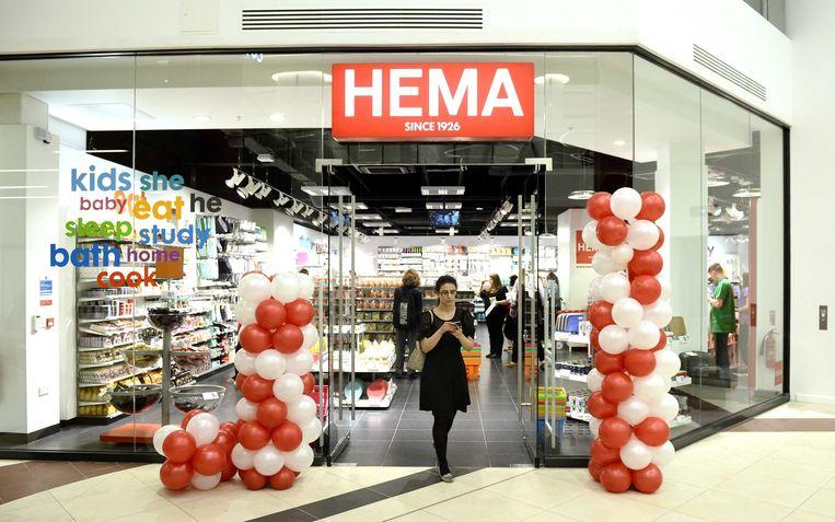 Een klant loopt door het Hema-filiaal in het Londense winkelcentrum Victoria Place. Beeld EPA