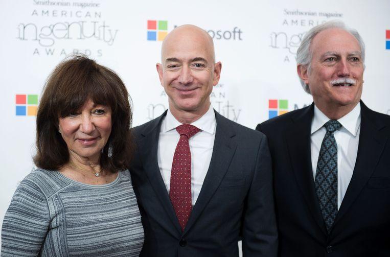 Jeff Bezos met zijn ouders Jackie en Mike Bezos. Beeld AFP
