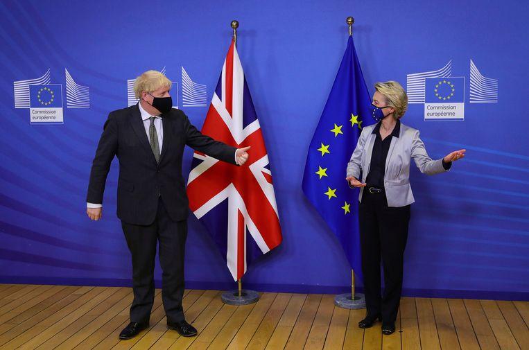 Voorzitter van de Europese Commissie Ursula von der Leyen en de Britse premier Boris Johnson deze week. De klokt tikt, maar de onderhandelingen verlopen stroef. Beeld Aaron Chown/AP