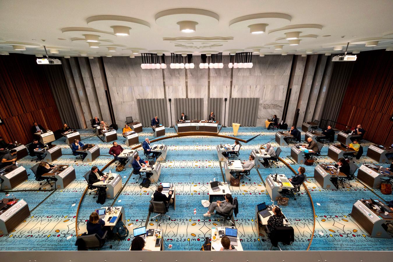 De gemeenteraad  van Arnhem tijdens de vergadering waarin de wethouders Jan van Dellen (VVD) en Martien Louwers (PvdA) onder vuur lagen vanwege de te late en gebrekkige informatie over het rapport over ongelijke behandeling van personeel.
