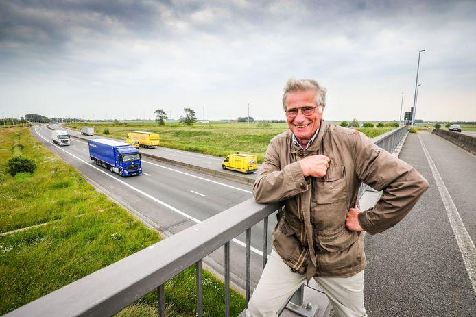 Voormalig burgemeester van De Panne Johan Degrieck op de brug over de E40.