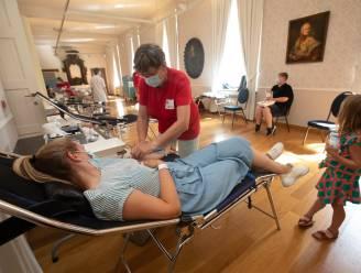 """Honderd mensen komen bloed doneren in kasteeldomein van Alden Biesen: """"Bijzonder om éindelijk eens binnen te kunnen kijken"""""""