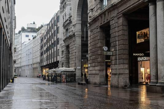 De Corso Vittorio Emanuele een van de drukste winkelstraten van Milaan bood eerder deze week al een verlaten indruk.