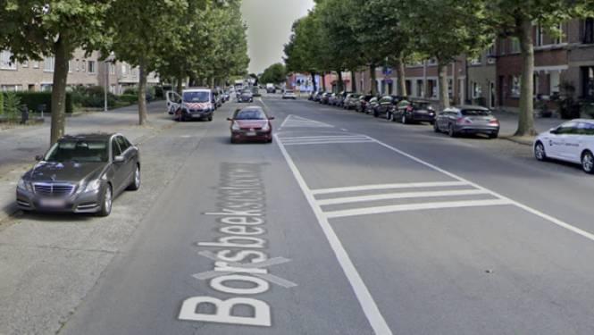 Fietser valt door voetganger op fietspad