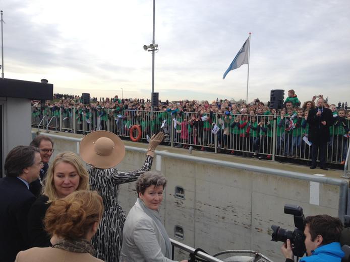 Koningin Máxima arriveert bij de sluis in Empel.
