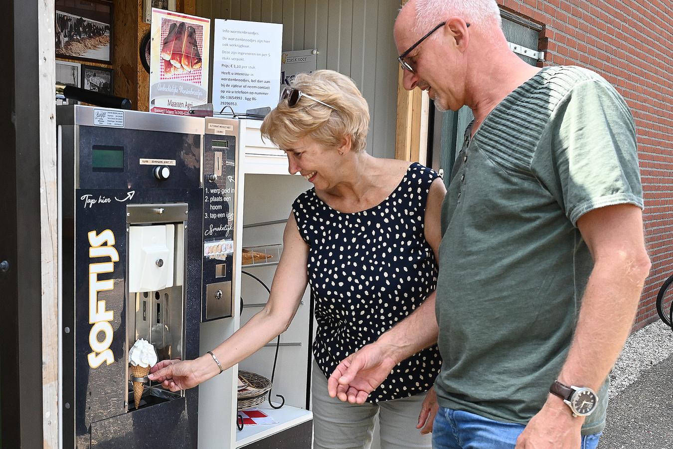 Genieten van een ijsje bij de boer. Aan de Brem in Escharen wordt softijs verkocht, gemaakt van melk van de eigen koeien. De verkoop loopt goed.