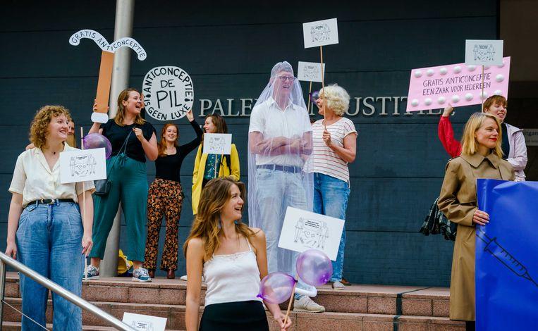 Demonstranten bij de rechtbank in juli voor aanvang van een bodemprocedure van onder meer vrouwenrechtenorganisatie Bureau Clara Wichmann tegen de staat.  Beeld ANP