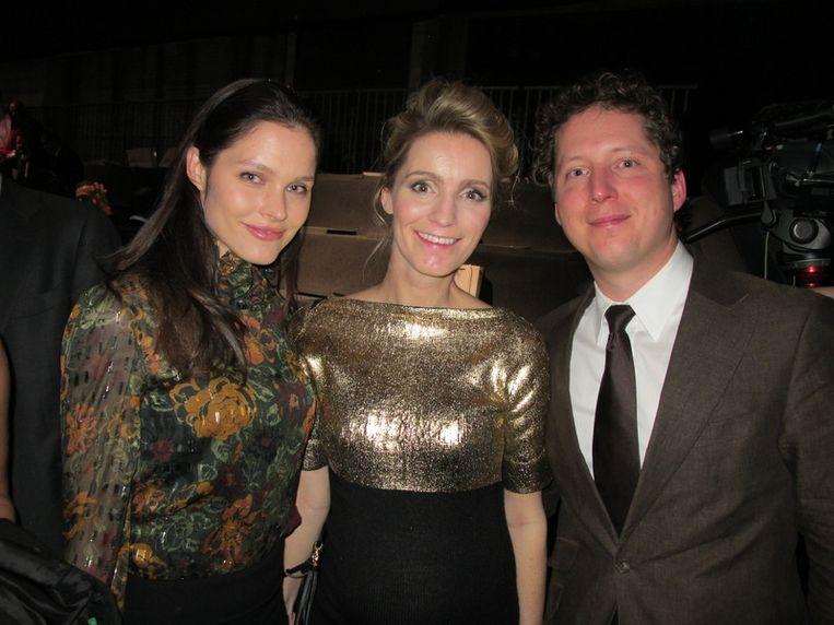 Na de show: vlnr topmodel Lonneke Engel, baas van de Fashion Week Merle Deterink en haar vriend Tim. <br /> Beeld null
