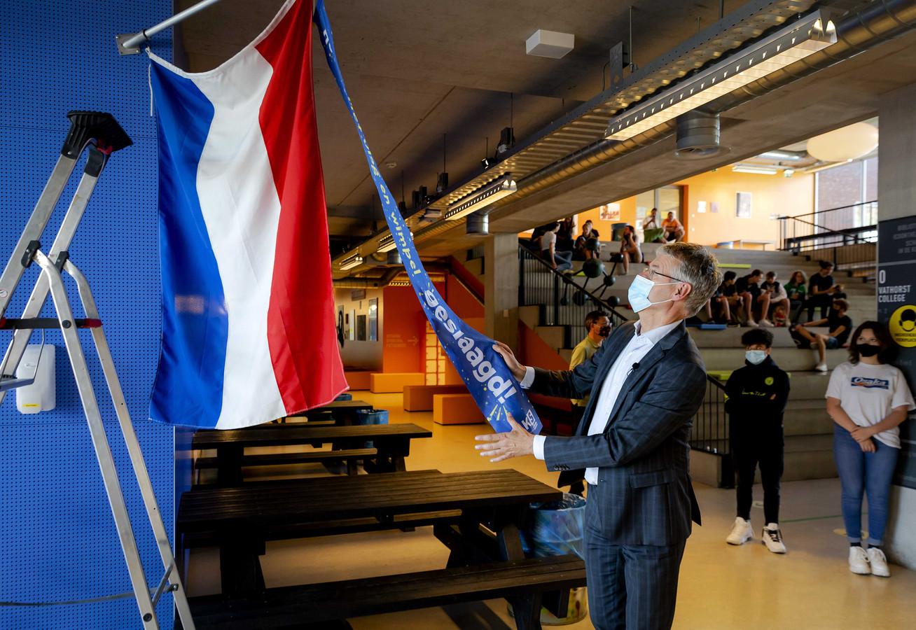 Minister Arie Slob (Basis- en Voortgezet Onderwijs en Media) hijst op het Vathorst college samen met het Landelijk Aktie Komitee Scholieren (LAKS) de vlag voor scholieren die geslaagd zijn voor hun eindexamen