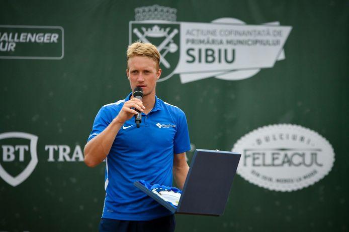 Jelle Sels spreekt het publiek toe na zijn verloren finale in Sibiu.