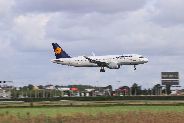 Een Airbus van Lufthansa landt op Schiphol. Beeld NurPhoto via Getty Images