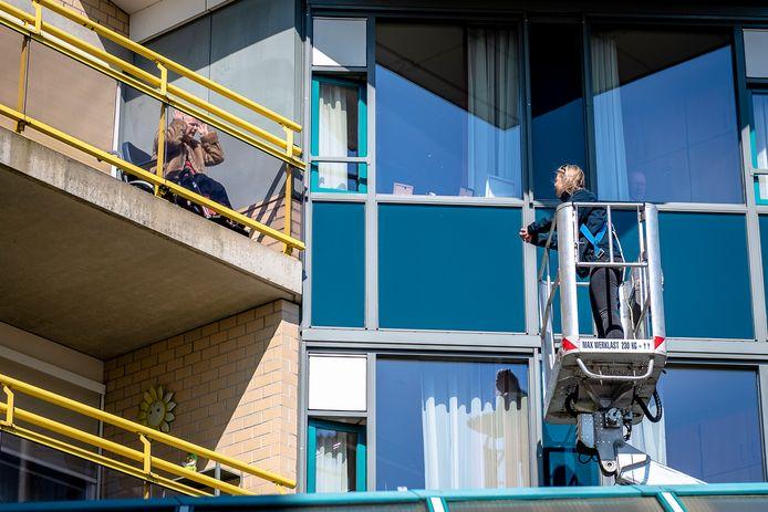 Via raambezoek, soms zelfs per hoogwerker, hielden bewoners van verpleeghuizen tijdens de lockdown toch contact (archieffoto).