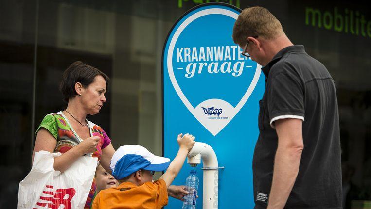 Waterleverancier Vitens zet tijdens de Vierdaagse in Nijmegen gratis watertappunten in de stad. Beeld anp