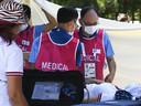Een handboogschutter krijgt medische assistentie.