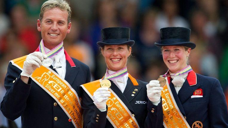 Carl Hester (zilver, links) en Laura Bechtolsheimer (brons, rechts) flankeren winnares Adelinde Cornelissen. Beeld epa