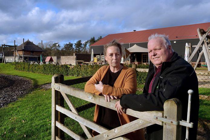 Mieke en Marcel Sommers voor hun speelboerderij Den Scherpenberg. De vleugel met het indoorklimbos moet nog worden gebouwd.