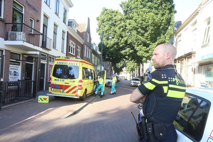 In de Gasthuisstraat in het centrum van Zaltbommel is dinsdagavond een kind onder een aanhanger terechtgekomen.