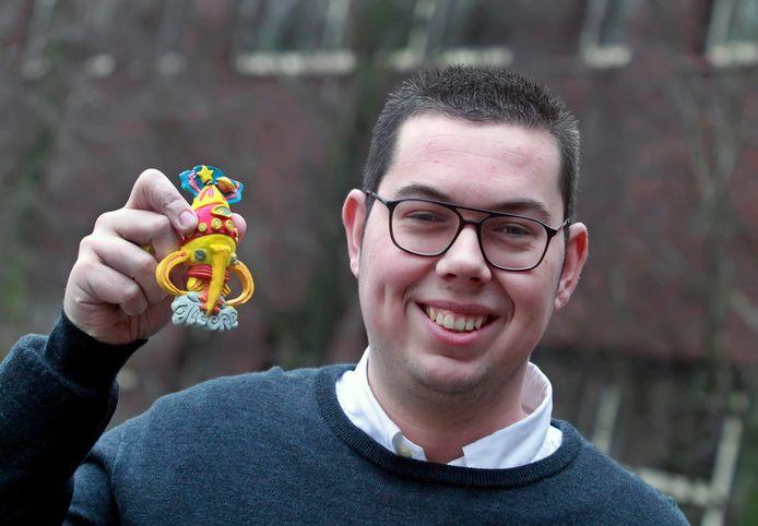 Nathan van Kaam is de nieuwe Prins Carnaval van Halsteren , met het insigne in de hand.