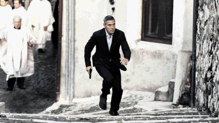 Jack verbergt zich in het Italiaanse Sulmona omdat Zweedse agenten hem op de hielen zouden zitten. (The American) Beeld