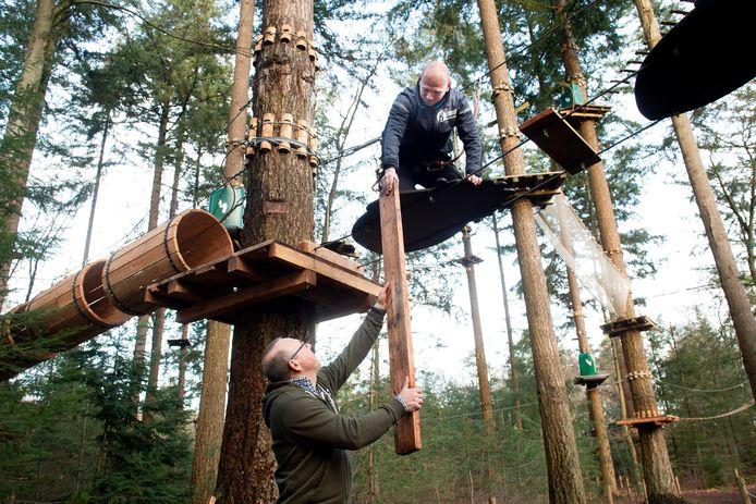 Ciaran Barsema (links) en Julian Schimmelpennink maken het Klimbos Veluwe gereed voor het voorjaar.